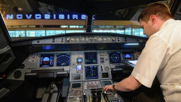 Пилот в кабине самолета в аэропорту Толмачево в Новосибирске. Архивное фото