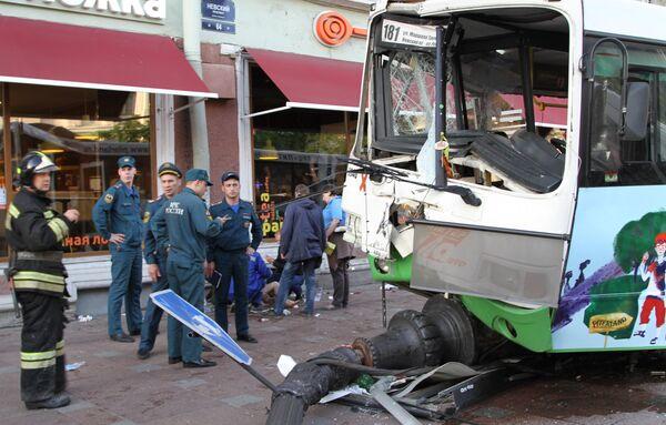 Авария на Невском проспекте у дома 64, где автобус совершил выезд на тротуар, задев столб уличного освещения