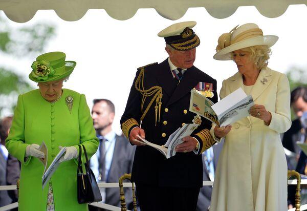 Королева Великобритании Елизавета II и принц Чарльз с супругой Камиллой на мероприятии по случаю 70-летия высадки союзников в Нормандии