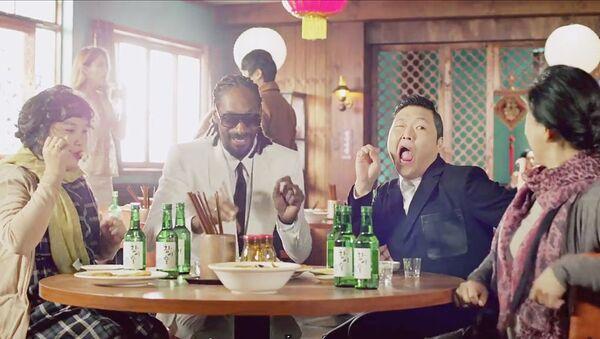 Кадр из нового клипа Hangover южнокорейского исполнителя Psy и американского рэпера Snoop Dogg