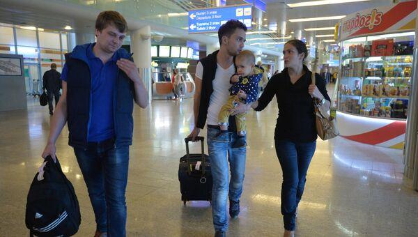 Корреспондент телеканала Звезда Евгений Давыдов с семьей и звукоинженер Никита Конашенков