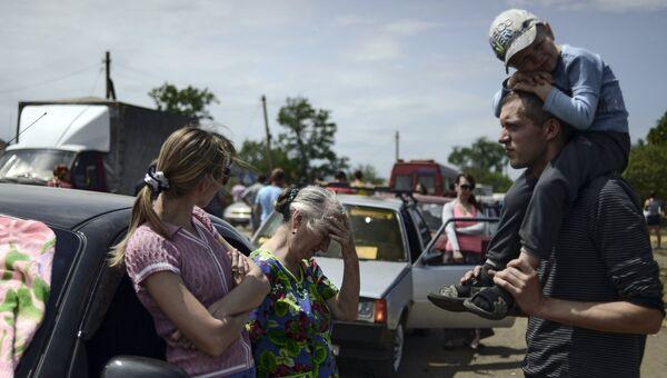 Беженцы на пограничном пункте пропуска Изварино в Луганской области. Архивное фото