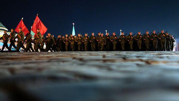 Военнослужащие во время репетиции Парада Победы. Архивное фото