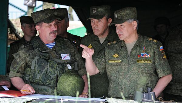 Сергей Шойгу во время учений войск ЦВО на полигоне Чебаркуль