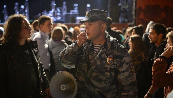 Сотрудники полиции проводят мероприятия по обеспечению безопасности граждан на фестивале Park Live на ВДНХ в связи с поступившим сообщением об угрозе террористического акта.