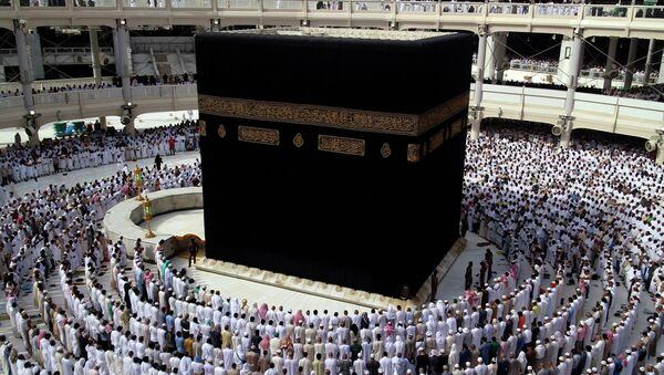 Мусульмане молятся вокруг Каабы в Великой мечети в первый день Рамадана в Мекке, Саудовская Аравия