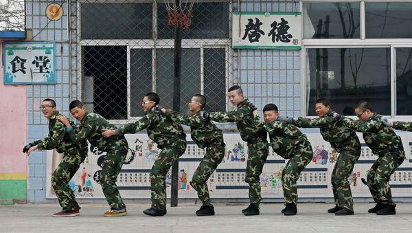 Китайские подростки в учебном лагере проходят курс избавления от интернет-зависимости