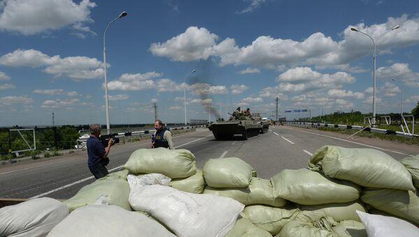 Военная техника ополченцев при въезде в Донецк, архивное фото