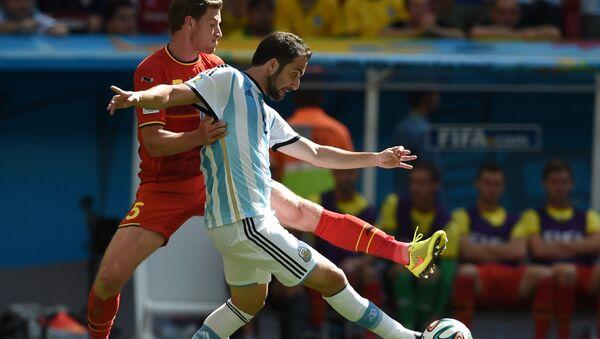 Аргентинец Гонсало Игуаин, автор гола в ворота сборной Бельгии, борется за мяч с Яном Вертонгеном