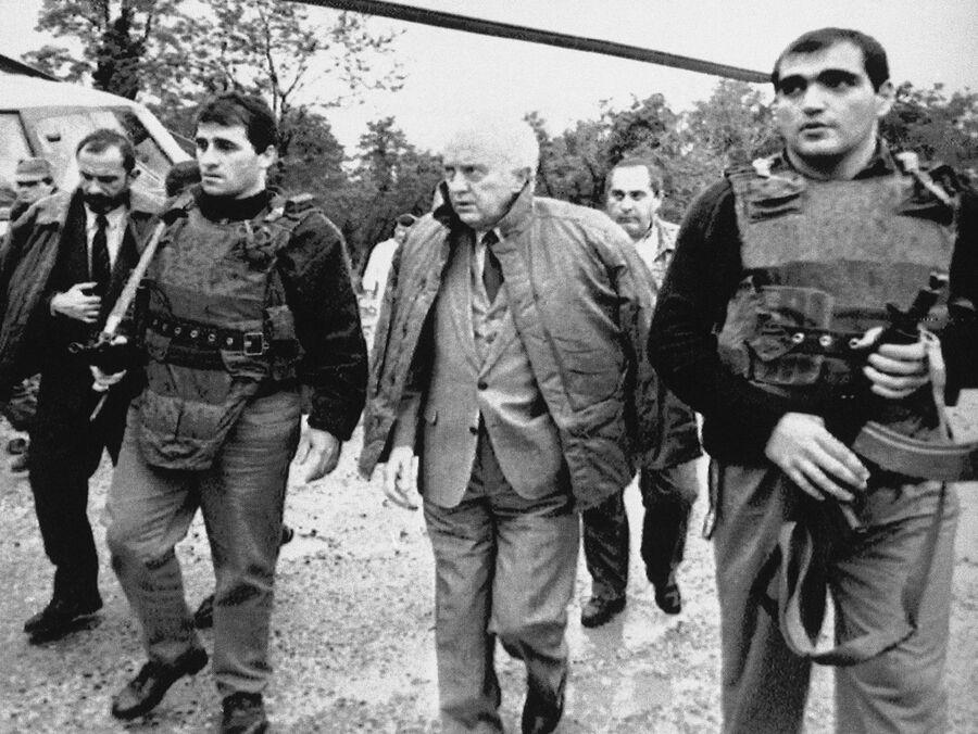 Президент Грузии Эдуард Шеварднадзе в окружении охранников
