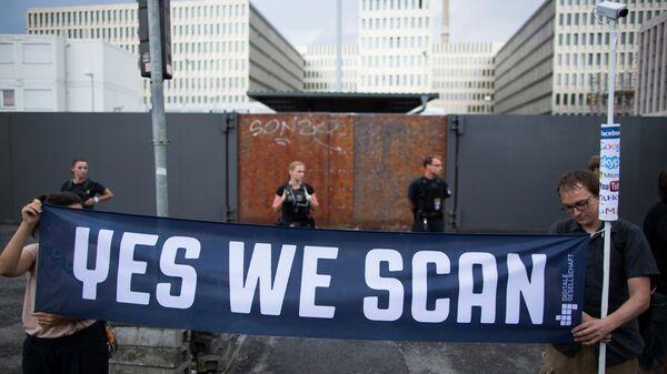 Протестующие у строящегося здания штаб-квартиры внешней разведки Германии (BND), архивное фото
