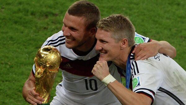 Игроки сборной Германии Лукаш Подольски (слева) и Бастиан Швайнштайгер. Архивное фото