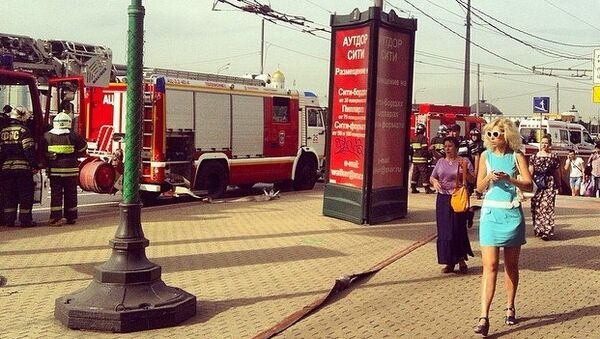 Пожарная машина возле станции метро Парк Победы во время ЧП на Арбатско-Покровской линии