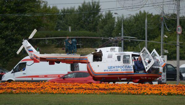 Вертолет МЧС и машина Скорой помощи. Архивное фото