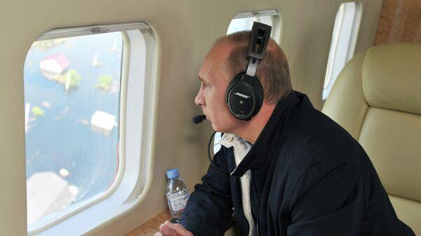 Президент России Владимир Путин осматривает районы, пострадавшие от наводнения в Амурской области