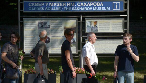 Жители Москвы во время прощания с правозащитницей Валерией Новодворской