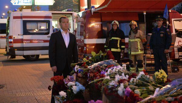 Д.Медведев возложил цветы у метро Парк Победы