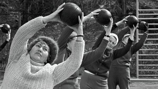 Женщины занимаются физкультурой. Архив