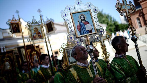 Священнослужители перед началом крестного хода