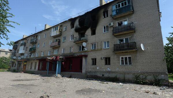 Жилой многоквартирный дом в поселке Пески Донецкой области, пострадавший от артиллерийского обстрела. Архивное фото