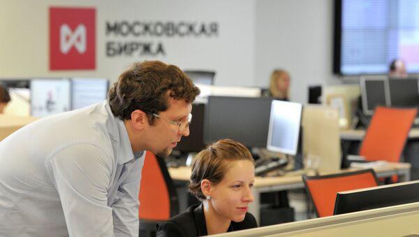 Сотрудники в офисе московской биржи ММВБ-РТС. Архивное фото