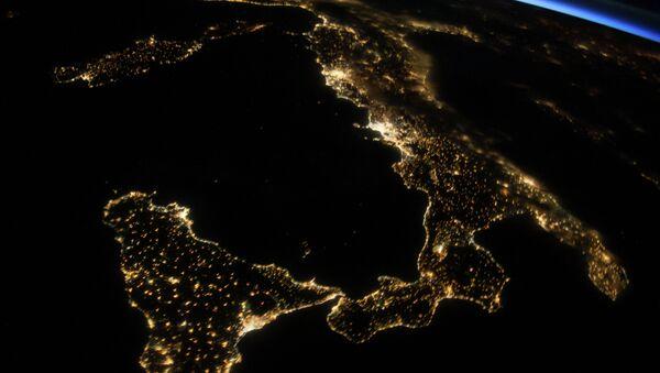 Вид из космоса на ночную Италию и остров Сицилия. Архивное фото