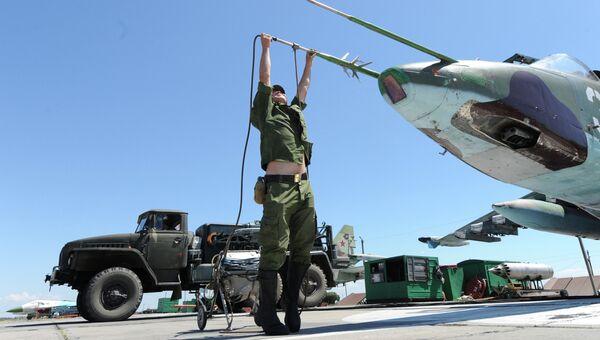 Технический персонал готовит самолет СУ-25 к вылету на военном аэродроме. Архивное фото