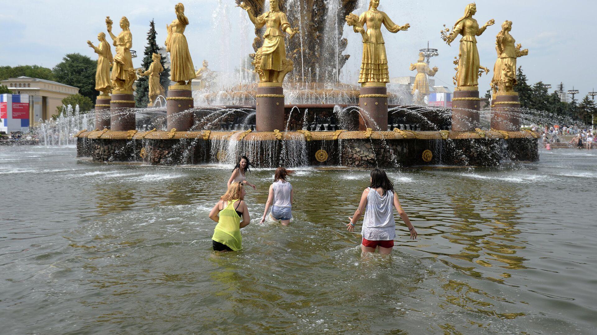 Посетители купаются в фонтане Дружба народов на ВДНХ в Москве - РИА Новости, 1920, 18.08.2021