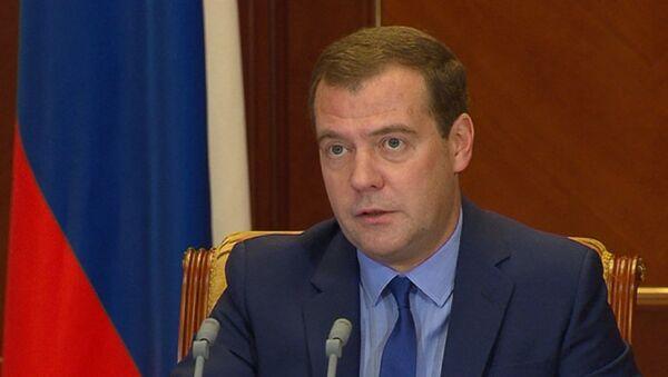 Медведев о новом сотовом операторе в Крыму, лесных пожарах и туротрасли РФ