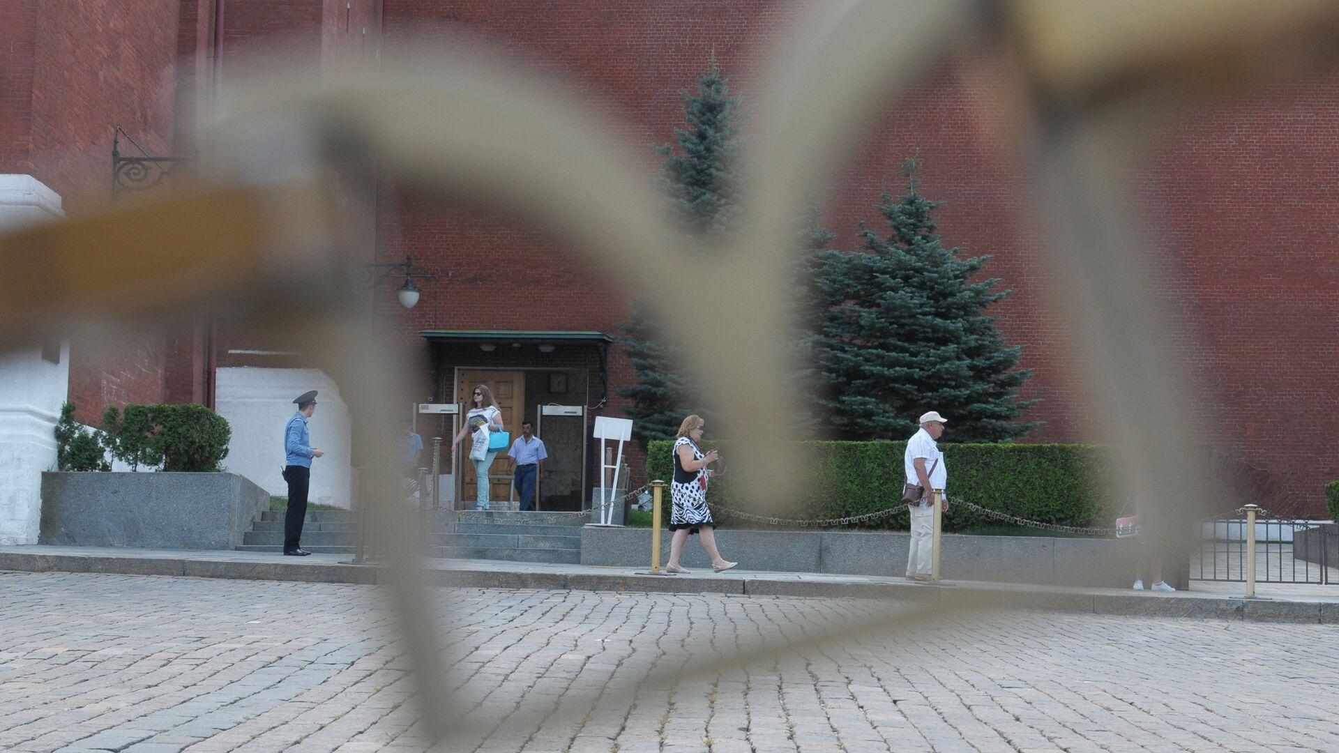 Посетители у прохода рядом с воротами Спасской башни на територию Московского Кремля - РИА Новости, 1920, 28.09.2020
