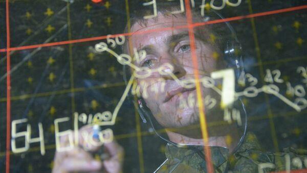 Военнослужащий в командном пункте центра боевого применения во время учений ПВО. Архивное фото