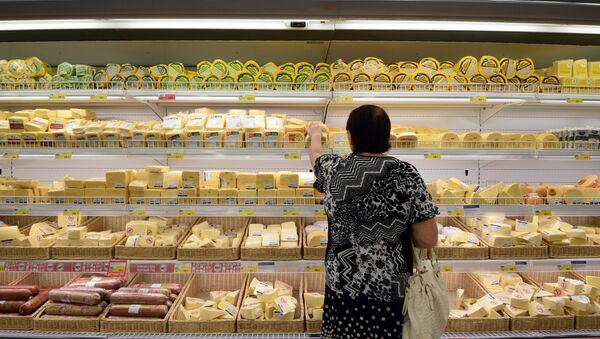 Прилавок с сырами в гипермаркете. Архивное фото