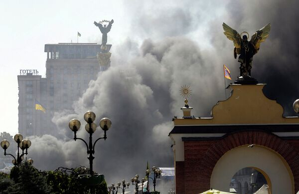 Дым над площадью Независимости во время беспорядков в Киеве