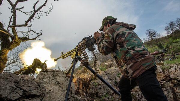 Военнослужащий правительственной армии Сирии ведет огонь из пулемета. Архивное фото
