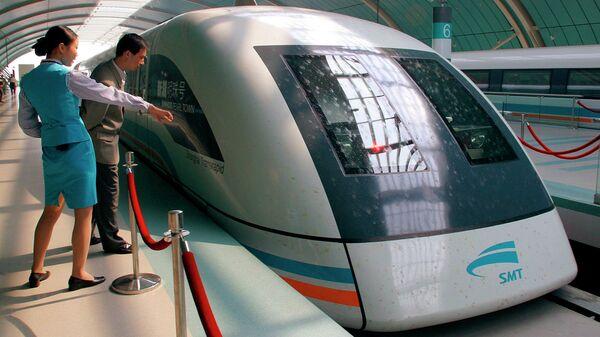Левитирующий поезд (маглев) в Китае. Архивное фото