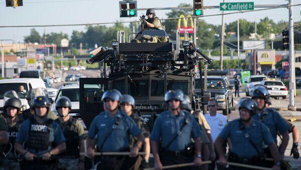 Полиция на улице города Фергюсон, США