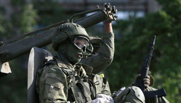 Боец народного ополчения в городе Краснодон. Архивное фото