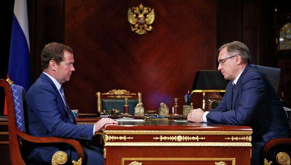 Председатель правительства России Дмитрий Медведев (слева) и генеральный директор ОАО КамАЗ Сергей Когогин