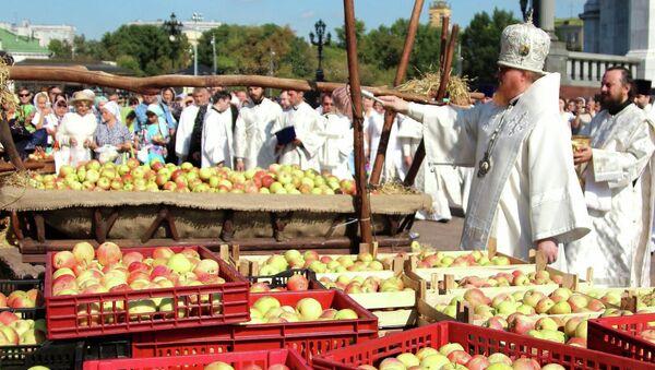 Освящение яблок для детских интернатов у храма Христа Спасителя в праздник Преображения Господня