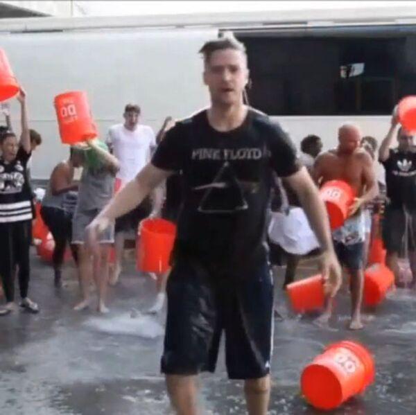 Певец и актер Джастин Тимберлейк принимает участие в флешмобе Ice Bucket Challenge