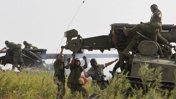 Военнослужащие во время стрельб прямой наводкой. Архивное фото