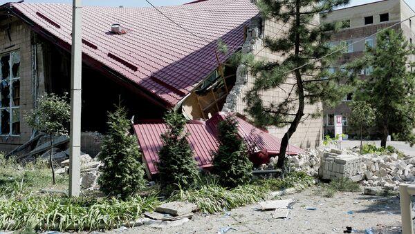 Разрушенное в результате обстрела здание музея в Донецке