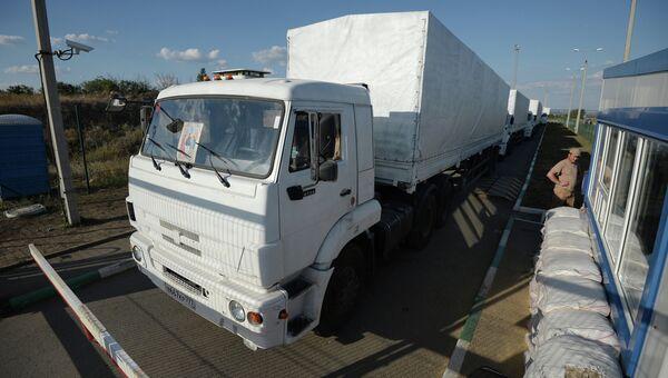 Колонна автомобилей КамАЗ с гуманитарной помощью для жителей юго-востока Украины на КПП Донецк