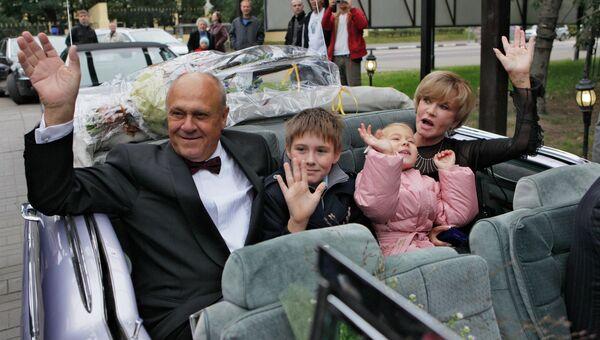 Владимир Меньшов с семьей на церемонии открытия именной звезды режиссера на Аллее звезд кино