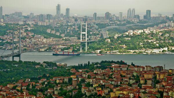 Мост через пролив Босфор, соединяющий азиатскую и европейскую части города Стамбула. Архивное фото