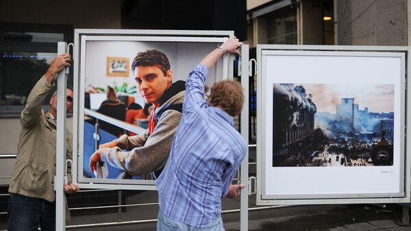 Установка портрета погибшего на Украине фотокорреспондента Андрея Стенина у здания МИА Россия сегодня