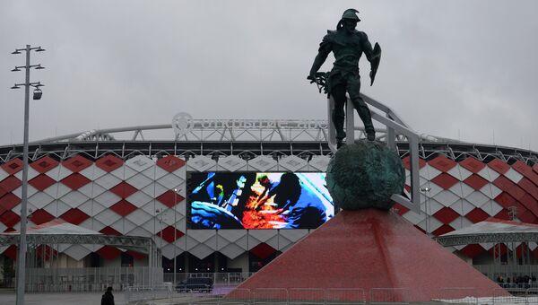 Скульптура гладиатора у стадиона Открытие Арена, архивное фото