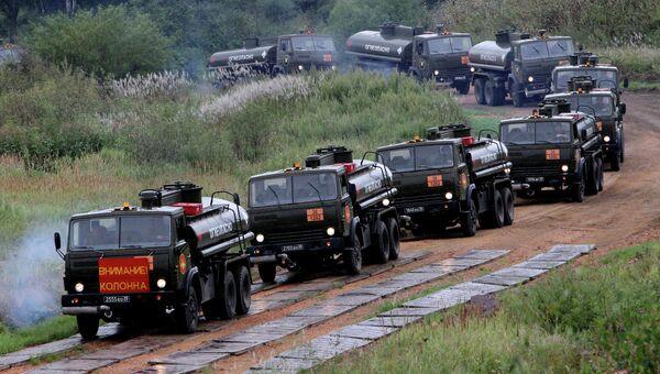 Колонна автомобилей-топливозаправщиков на марше во время учений системы материально-технического обеспечения Восточного военного округа