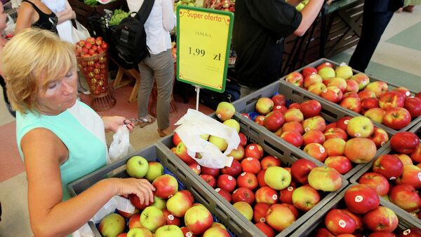 Женщина покупает яблоки в магазине в Варшаве. Архивное фото