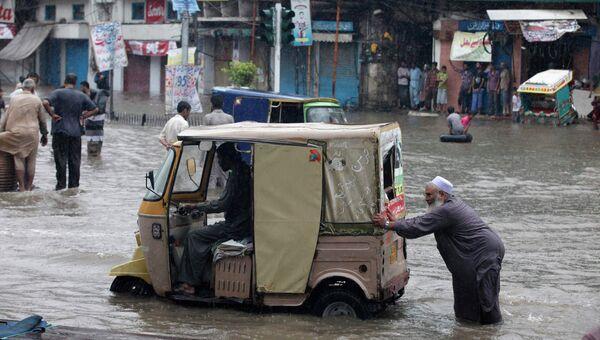 Затопленная в результате муссонных дождей дорога в Лахоре, Пакистан
